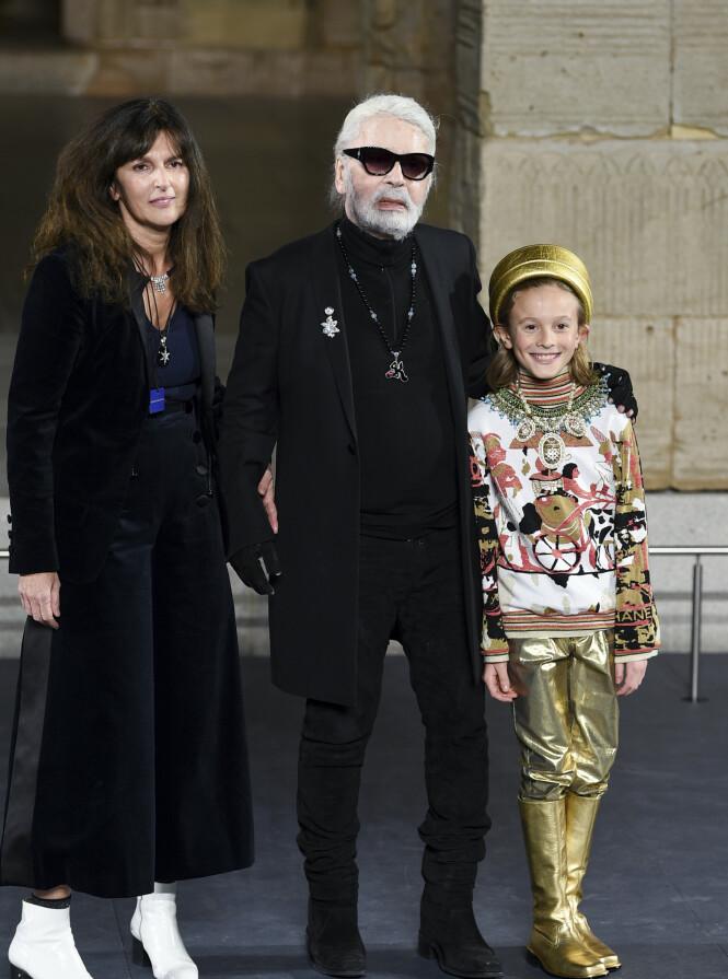 NÆRMESTE: Karl Lagerfeld kjente mange, men lot få mennesker bli ham nær. Virginie Viard (t.v) tar nå over Chanel etter ham. Det spekuleres på at gudsønnen Hudson Kroenig (t.h) blir arving av designerens formue. Foto: NTB scanpix
