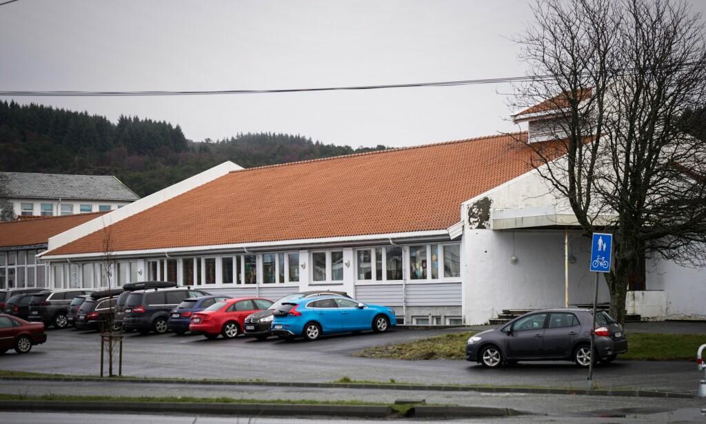 BARNESKOLE: Rossabø skole ligger på den andre siden av veien i forhold til 48-åringens bolig. Foto: Øistein Norum Monsen / Dagbladet