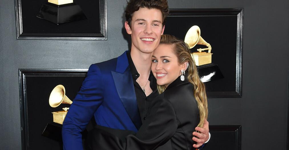 <strong>GJØR NARR:</strong> Miley Cyrus (26) harselerer med Shawn Mendes (20) sitt svært lettkledde undertøysbilde fra forrige uke. Foto: NTB Scanpix