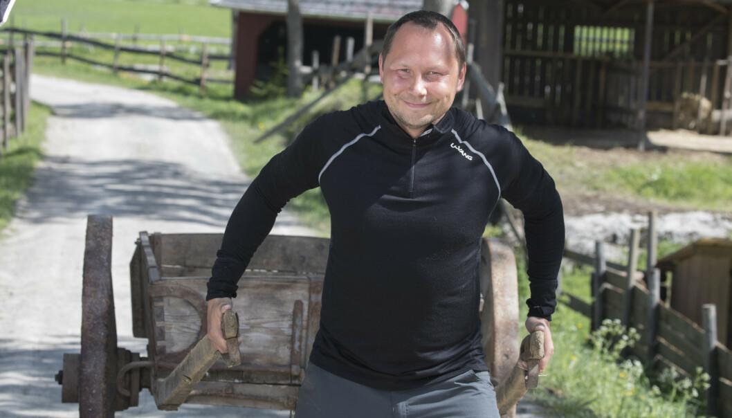 <strong>TAR TIDA TIL HJELP:</strong> NRK-profil Ronald Pulk (39) var bare fire år gammel da faren døde i en tragisk drukningulykke. Forrige uke døde stefaren hans, som han hadde et nært forhold til. Her fra innspillingen av «Farmen kjendis» i fjor sommer. Foto: Morten Eik / Se og Hør