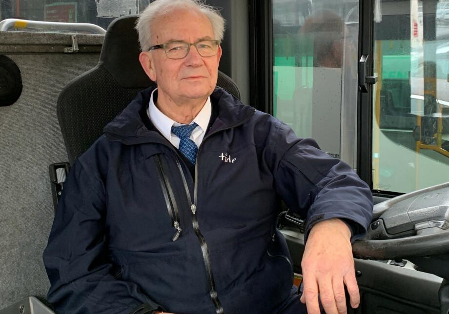 ANSATT SOM 63-ÅRING: Geir Skarstein (73) fra Bergen fikk fast jobb som bussjåfør i godt voksen alder. - Vær frempå når du søker jobb, er hans råd til andre seniorer. Foto: Privat.