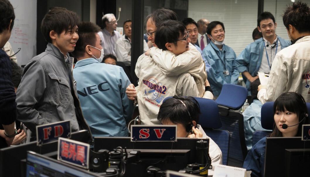 Slik så det ut hos den japanske romorganisasjonen JAXA da landingen ble bekreftet som vellykket.(Foto: ISAS/JAXA via AP).