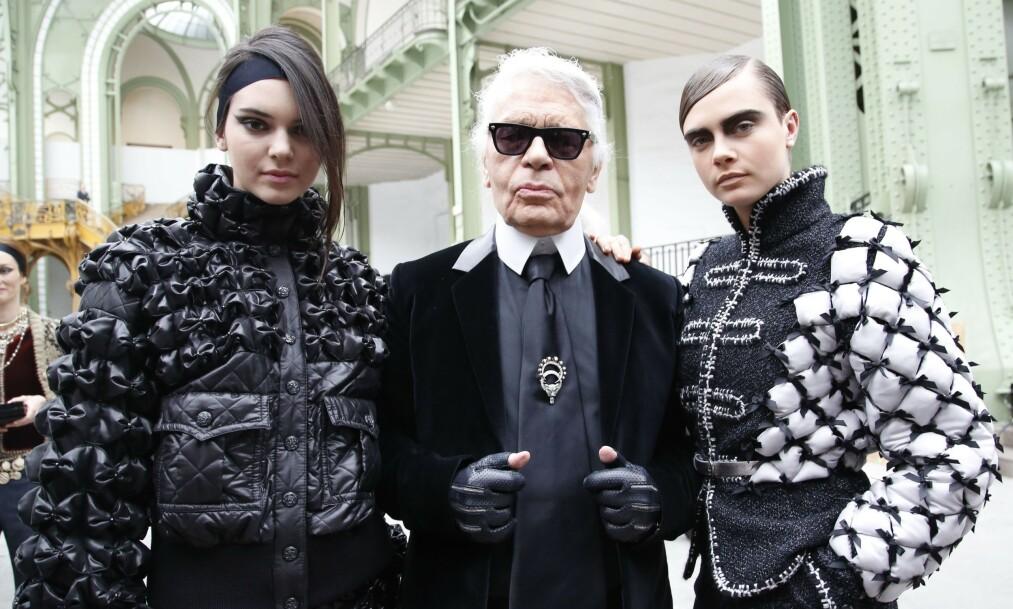 ANONYMT: Karl Lagerfeld kan sies å ha vært en mann med mye ekstra futt, men konseptet begravelse kunne han ikke fordra. Her sammen med modellene Kendall Jenner og Cara Delevingne. Foto: NTB scanpix