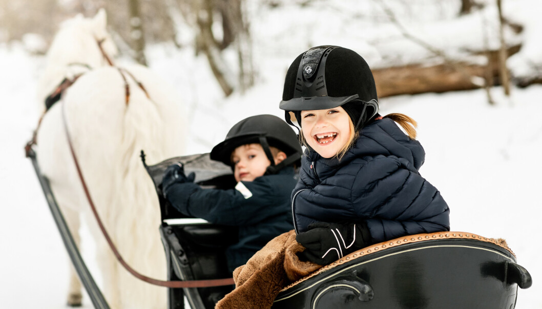<strong>MORO:</strong> Estelle og Oscar ser ut til å storkose seg i hestesleden. Foto: Linda Broström / Det svenske kongehuset