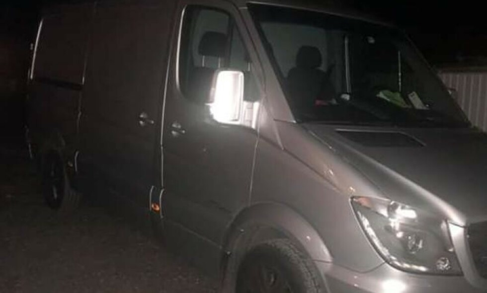 STJÅLET: Politiet etterlyser denne varebilen som inneholder en beholder med stoffet cyanid. Foto: Privat