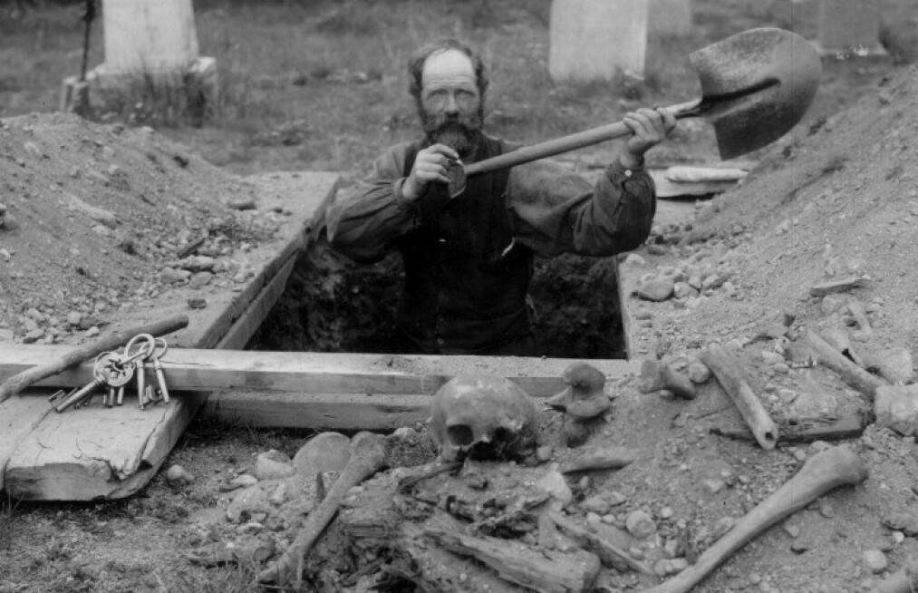 <strong>GRAVRØVERI:</strong> Da det ble tomt for knokler i før-kristne graver gikk forskerne løs på de kristne kirkegårdene. Foto: A.B. Wilse, Norsk Folkemuseum