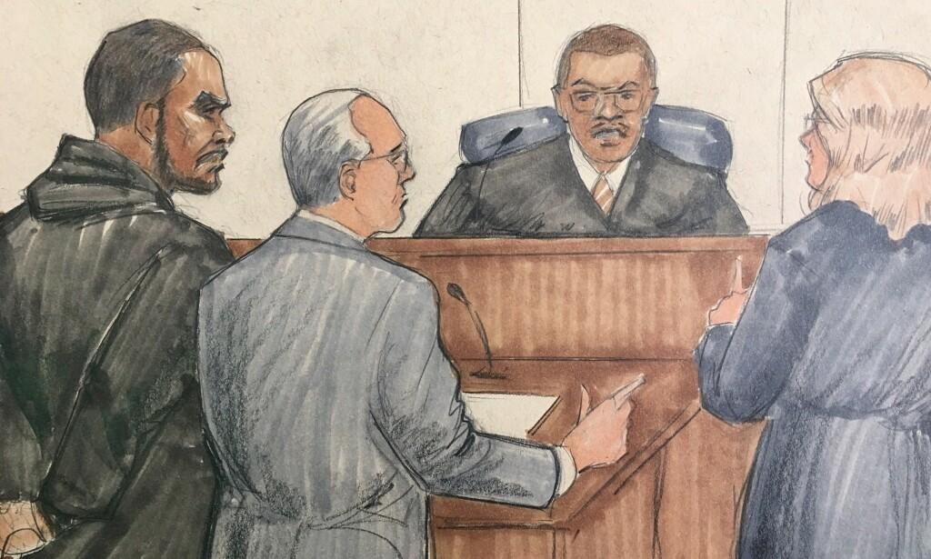 I RETTEN: R. Kelly (t.v.) i retten i Cook County lørdag. Tegning: AP Photo/Tom Gianni