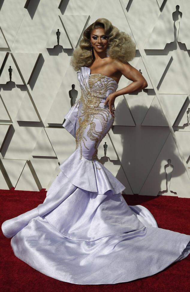 <strong>SILHUETT:</strong> Dragartisten Shangela, som hadde en rolle i Oscar-nominerte «A Star Is Born», gikk for denne lavendelkjolen. Foto: NTB scanpix