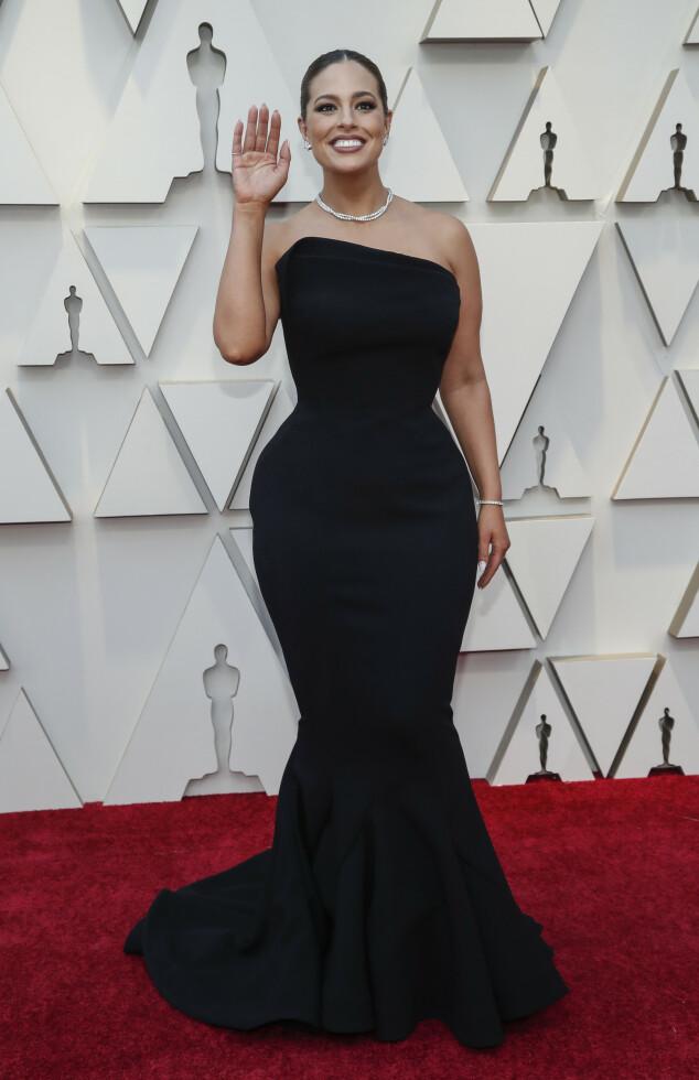 <strong>FORMER:</strong> Pluss-size modell Ashley Graham stylet den sorte kjolen med enkle smykker. Foto: NTB scanpix
