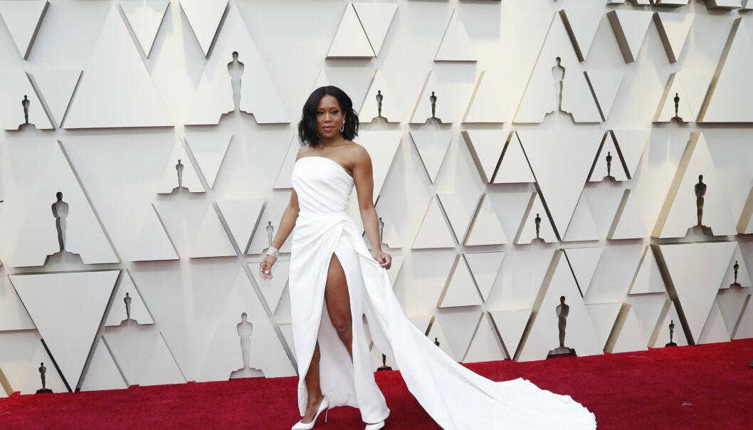 <strong>HVITT:</strong> Skuespiller Regina King dukket opp i hvit kjole med høy splitt fra Oscar de la Renta. Foto: NTB scanpix