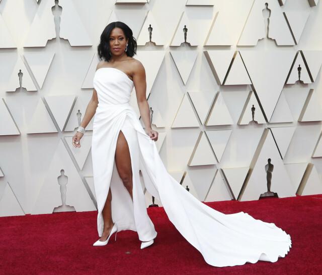 0335702f ... HVITT: Skuespiller Regina King dukket opp i hvit kjole med høy splitt  fra Oscar de