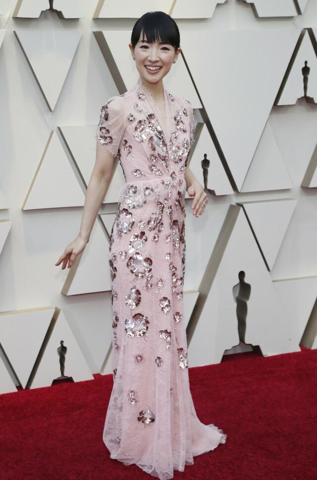 57f4f21a ... DETALJER: Forfatter Marie Kondo sørget for blitsregn med denne  detaljerte kjolen fra Jenny Packham.