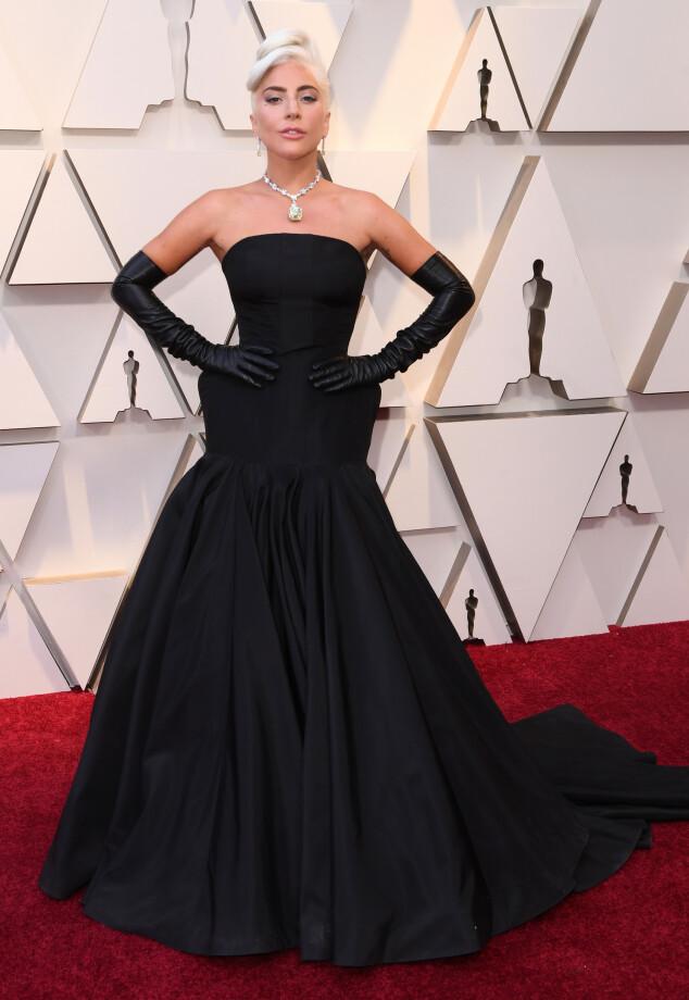 <strong>MINIMALT:</strong> Lady Gaga pleier å overraske på rød løper, og gjorde nettopp det i natt - med en minimalistisk kjole fra Alexander McQueen. Diamanten rundt halsen hennes har, ifølge Cosmopolitan, en verdi på 30 millioner dollar - eller 258 millioner norske kroner. Foto: NTB scanpix