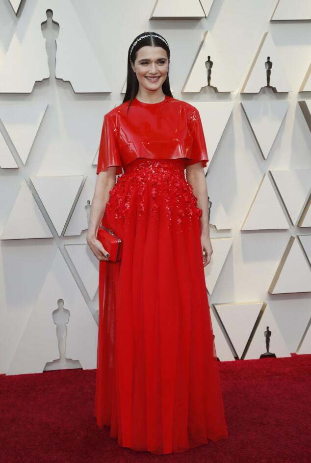 <strong>RØDT:</strong> Nominerte Rachel Weisz dukket opp i dette røde antrekket. Foto: NTB scanpix