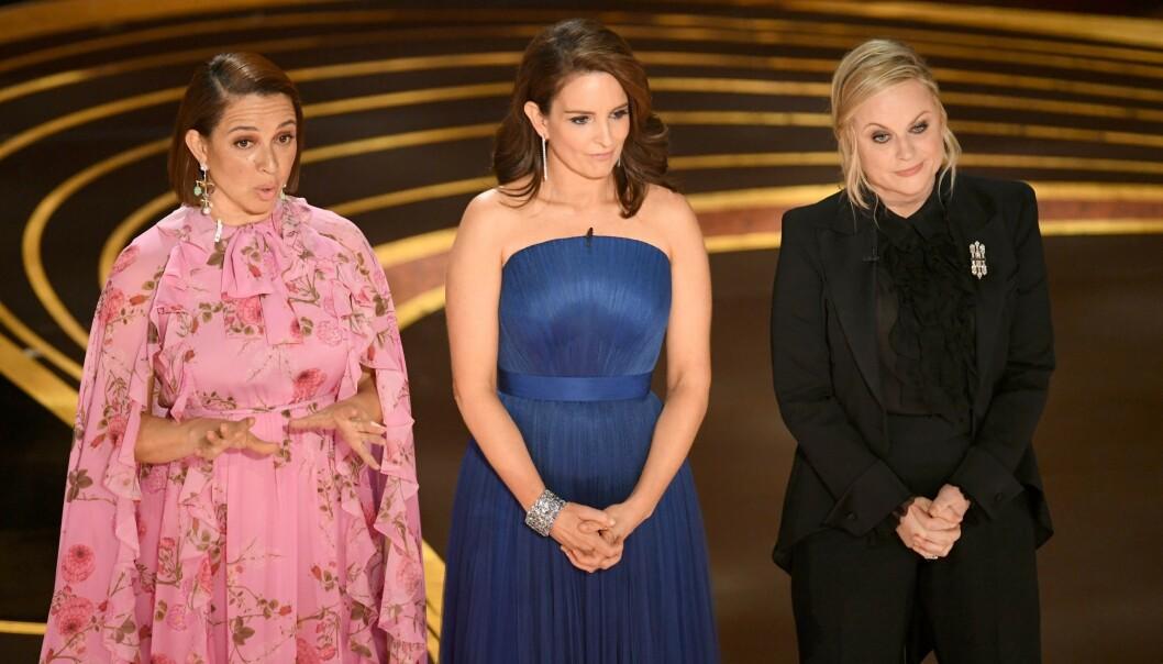 INGEN VERT: Skuespillere og komikere Maya Rudolph, Tina Fey, og Amy Poehler åpnet Oscar-utdelingen med å spøke med at det ikke er noen vert for årets show. Foto: Kevin Winter/Getty Images/AFP