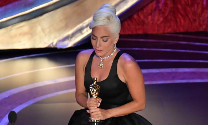FØLSOMT: Lady Gaga vant pris i natt, og takket flere under talen sin. Hun klarte ikke å holde tårene tilbake. Foto: NTB scanpix