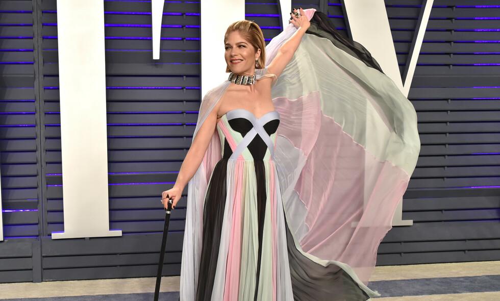 STOKK: Selmas Blairs tilbehør på Vanity Fair-festen stjeler oppmerksomheten. Foto: NTB Scanpix