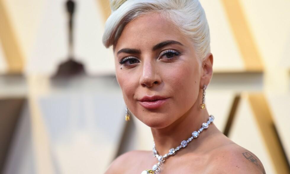 PRIS: Ikke bare stakk Lady Gaga (32) av med pris under nattens utdeling, men hun kan også kose seg med den svindyre gaveposen hun og de andre gjestene får. Foto: NTB Scanpix