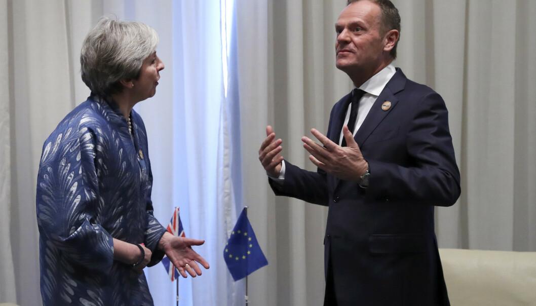 Storbritannias statsminister Theresa May og EUs president Donald Tusk holdt søndag et bilateralt møte på sidelinjene av det europeisk-arabiske toppmøtet i Egypt. Foto: Francisco Seco / AP / NTB scanpix
