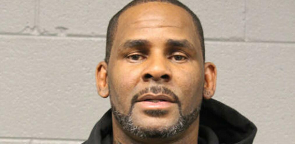 R. Kelly fotografert inne på politihuset i Chicago etter han overga seg til politiet. Foto: Chicago Police Dept. via AP / NTB scanpix
