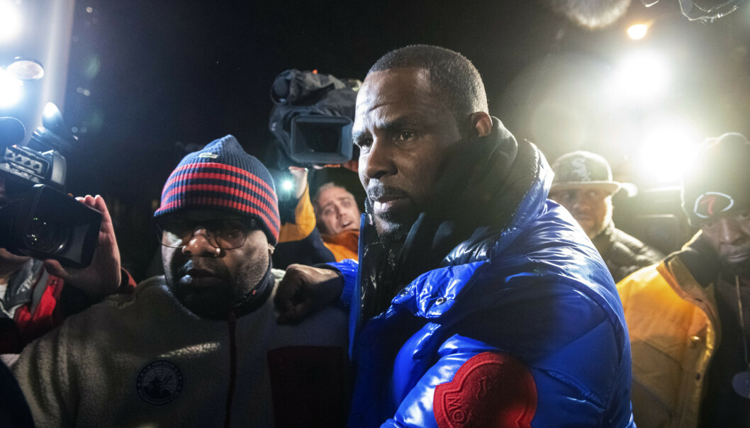 R. Kelly fotografert på vei inn i politihuset i Chicago etter han overga seg til politiet fredag kveld. Foto: Tyler LaRiviere / Chicago Sun-Times via AP / NTB scanpix