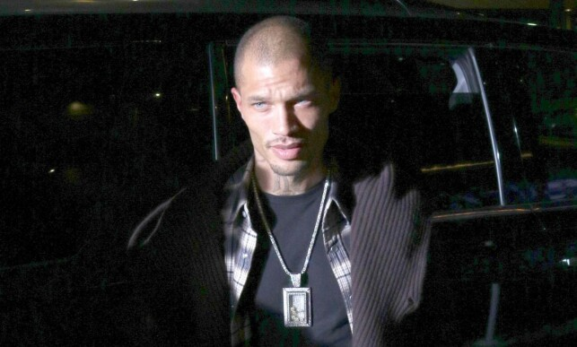 GIRLS: Dhreap Jeremy Meeks outside the hotel in Los Angeles, ready for a party. It would not be like that. Picture: NTB scanpix
