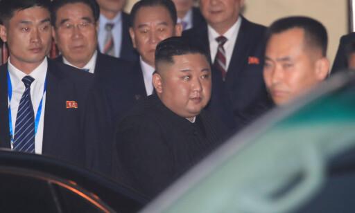 PÅ TUR: Bare timer etter at han ankom Hanoi, reiste Kim Jong-un for å besøke Nord-Koreas ambassade i byen. Foto: Yonhap via REUTERS / NTB Scanpix