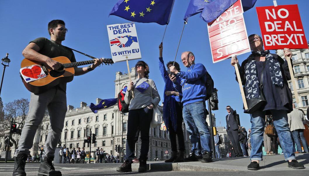 Demonstranter samlet utenfor Parlamentet i London tirsdag. Foto: Frank Augstein / AP / NTB scanpix