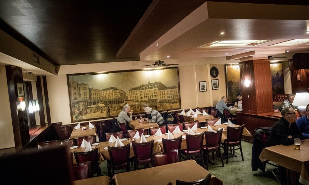 BRUNT: Schrøder ble åpnet 1956, men nå mener Robinson og Fredag at stedet må skjerpe seg på maten.