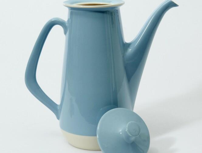 FAJANSE: Kannen «Benta» er designet av Ragnar Grimsrud (1902–1988) og er fra perioden 1960-70. Kannen har feil lokk, med riktig lokk (ca. kr 300), uten lokk (ca. kr 150). Foto: Jan Larsen
