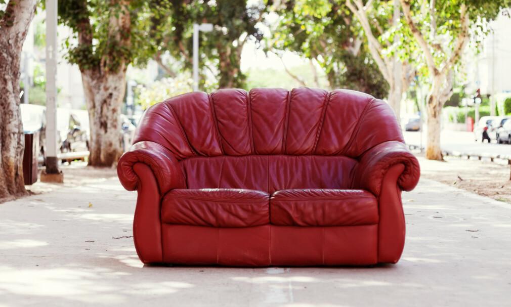 SLUTTER MED HENTING AV MØBLER: Fretex har tilbudt henting av møbler som folk ville gi dem for videresalg, men nå er det slutt for dette tilbudet. Noen av årsakene er at de ikke lenger har folk til å hente det - men det er også blitt veldig enkelt å gi bort eller selge brukt på nett. Foto: Shutterstock/NTB scanpix