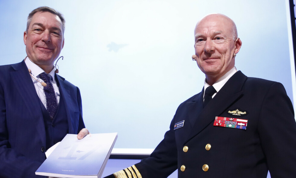 MØRKTALL: Forsvarssjef Haakon Bruun-Hanssen og forsvarsminister Frank Bakke-Jensen viste fram årsrapporten i fjor. Foto: Terje Pedersen / NTB scanpix