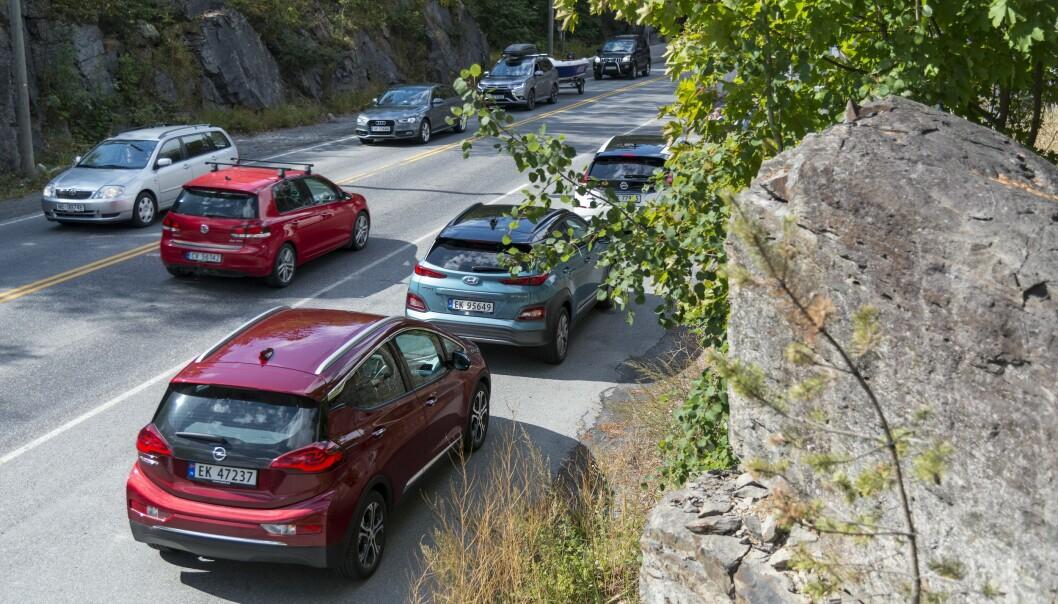 <strong>PÅ LAGER:</strong> Norske bilselgere sitter nå med mange elbiler med rask levering. Både Opel Ampera-e (nærmest) og Nissan Leaf (to biler foran) kan leveres på dagen. Hyundai Kona Electric (i midten) har imidlertid fortsatt 12 måneders leveringstid. Foto: Jamieson Pothecary