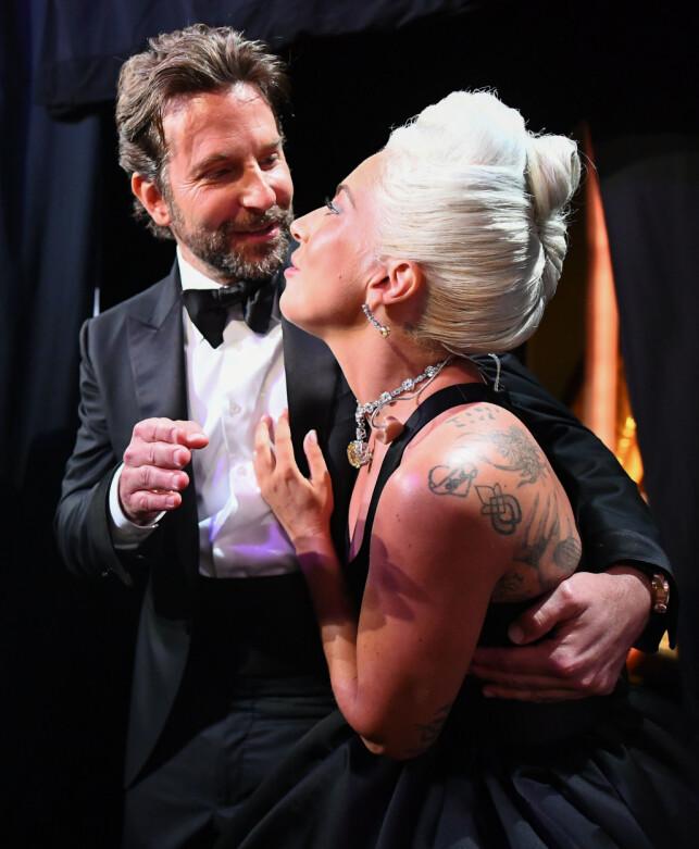 LURTE ALLE: Lady Gaga innrømmer at opptredenen var nøye planlagt, og at det skulle se ut som de to var forelsket på scenen. Foto: NTB scanpix