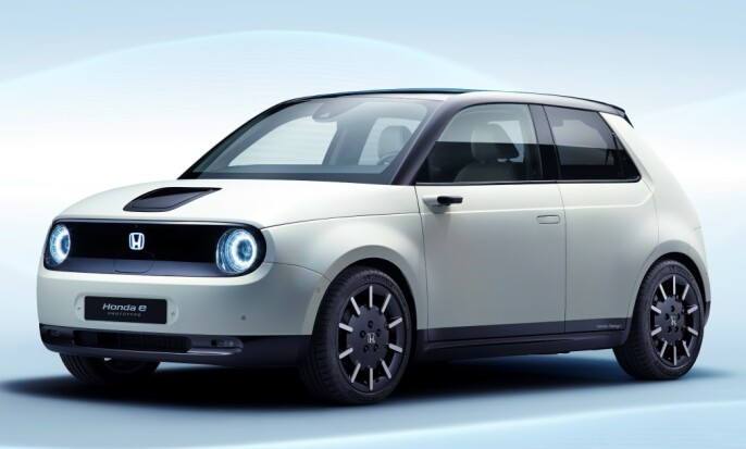 LITEN, MEN STOR: Bilen ser veldig liten ut, men er større i virkeligheten. Legg merke til kameraspeilene. Foto: Honda