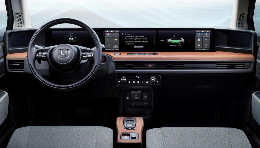 SKJERMBRETT: Honda Urban e har fått skjerm over nesten hele dashbordets bredde. Foto: Honda