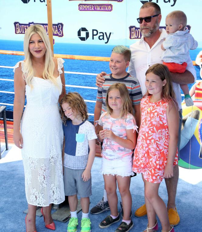 <strong>GODT GIFT:</strong> Tori Spelling er gift med Dean McDermott. Samlet har de hele seks barn. Foto: NTB Scanpix
