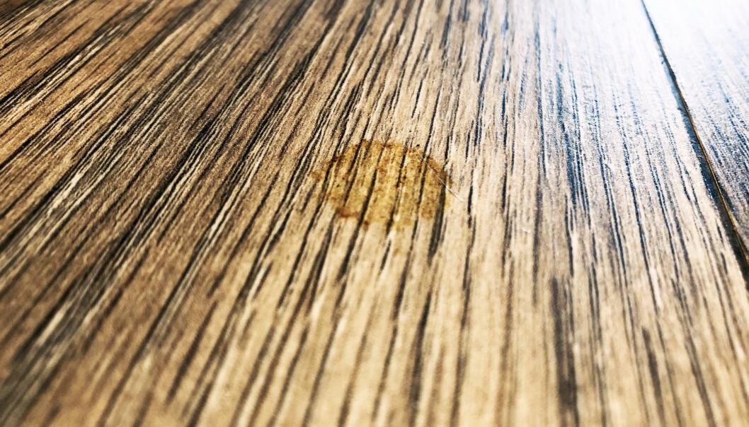 <strong>FLEKKER PÅ PARKETTEN:</strong> Å fjerne flekker som har satt seg fast i parketten, kan være tøffe å få bort, men det er ikke umulig. Har laminatet fått en skjoldete overflate selv om du rengjør det jevnlig, er dette et tegn på at du bruker feil vaskemetode. Eksperttipsene for å få bukt med flekk-problemene leser du i artikkelen under. Foto: Linn Merete Rognø.