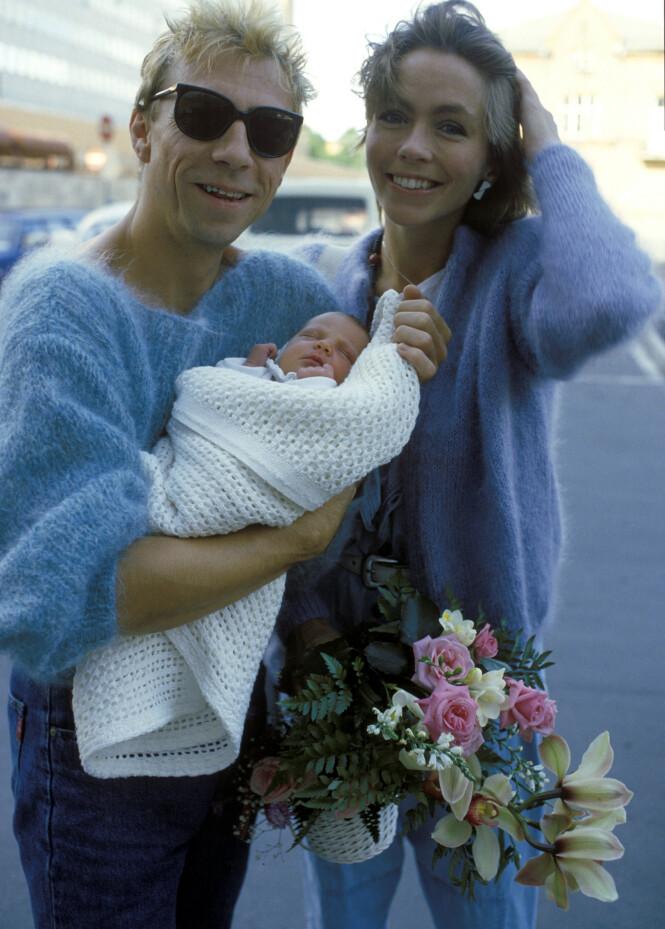 STOLT MAMMA: Anita Skorgan har tre barn. I 1984 fikk hun datteren Sara sammen med Jahn Teigen, som hun her er fotografert med utenfor Ullevål sykehus. Hun har også to døtre med Freddy Dahl. Foto: NTB scanpix