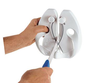 <strong>SKJERPING:</strong> Med et hurtigstål blir kniven skarp med et par drag. Foto: Produsenten.
