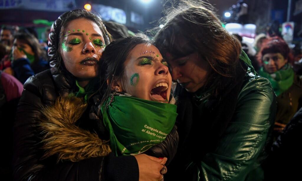 ABORT: En elleve år gammel jente ble denne uka tvunget til å føde barnet hun ble gravid med etter å ha blitt voldtatt av bestemoras kjæreste. Her fra en demonstrasjon utenfor senatet i Buenos Aires, da politikerne stemte mot å legalisere abort. Foto: AFP / NTB Scanpix