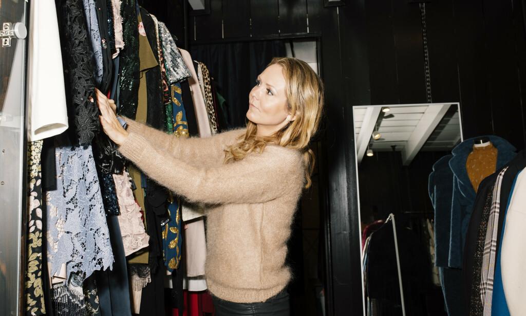 KJOLEJAKT: Linda Hofstad Helleland kikker på kjoler som leies ut av en kvinnelig gründer i Oslo. Hun vil at kvinnelige jobbskapere skal heies fram på linje med skistjernene våre.