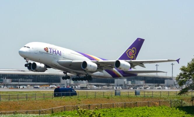 SETTER INN SUPERFLY: Thai Airways har satt inn verdens største passasjerfly, Airbus A380, på Bangkok-London-ruta for å ta unna køen av strandede passasjerer. Foto: Masakatsu Ukon / Wikimedia Commons