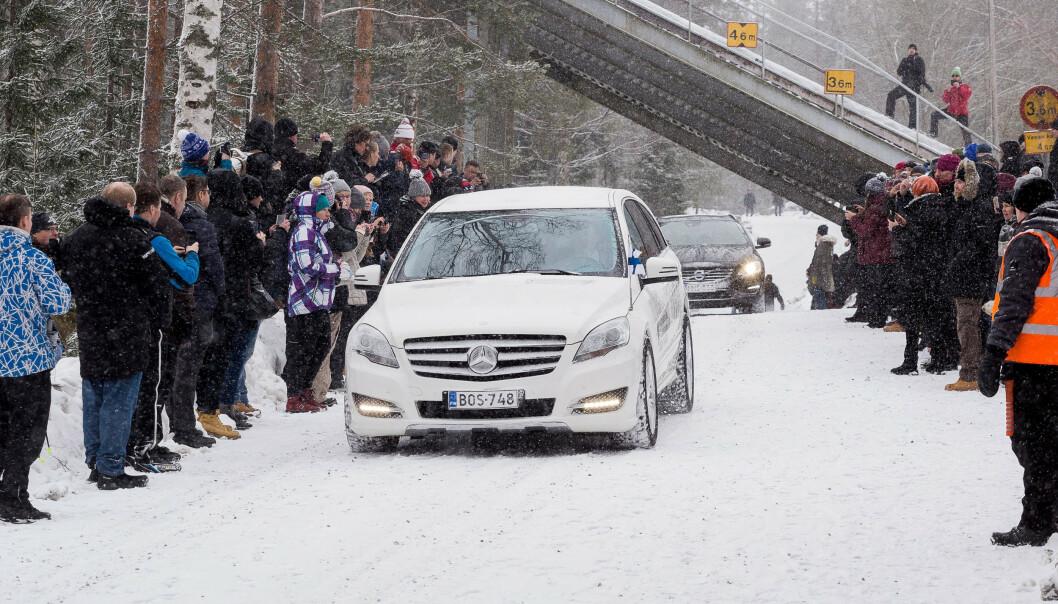 <strong>MANGE FRAMMØTTE:</strong> Kortesjen kjørte bort til hoppbakken i Jyväskylä der det ble holdt en kort minnestund. Foto: NTB scanpix