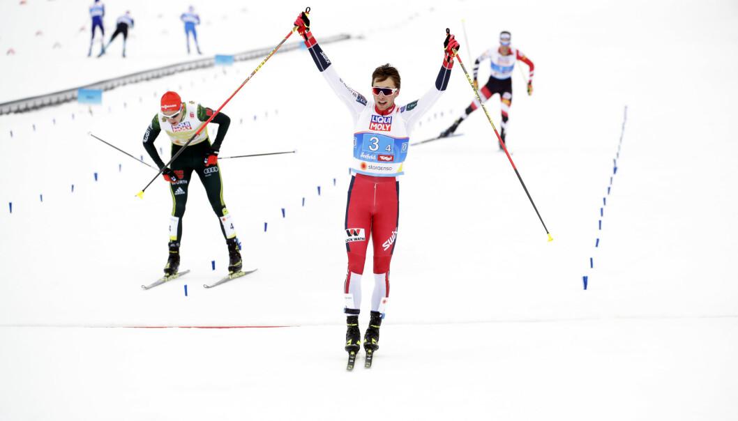 <strong>OVERLEGEN:</strong> Vinzenz Geiger fra Tyskland og Lukas Klapfer fra Østerrike hadde ikke sjans til å følge Jarl Magnus Riiber på oppløpet. Foto: Bjørn Langsem/Dagbladet