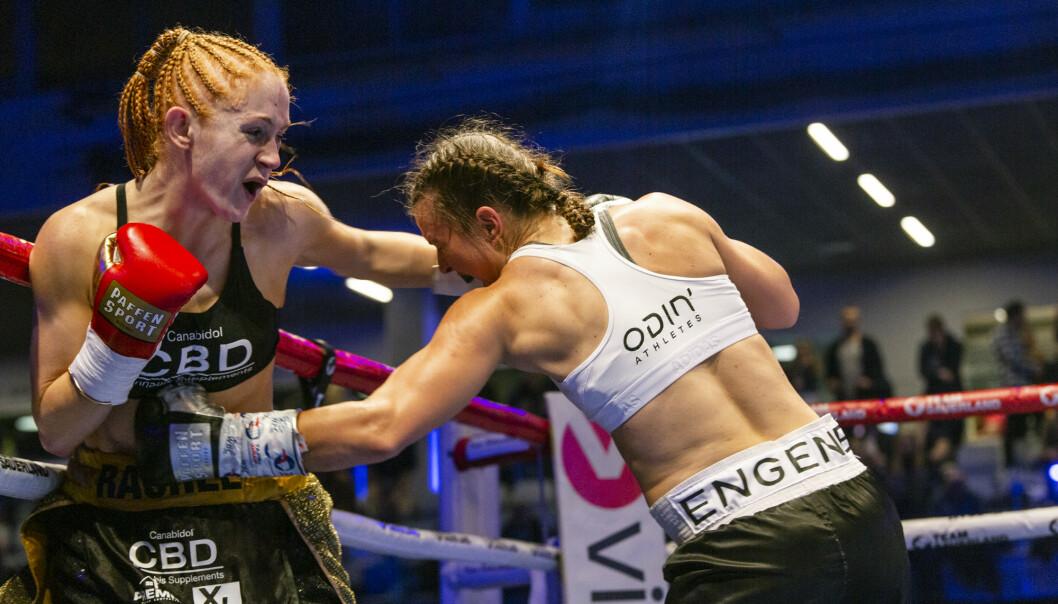 SKADET: Katharina Thanderz (t.h.) bokset med brukket høyre hand i over tre runder. Hun endret taktikk og pumpet inn harde venstreslag mot kroppen mot britiske Rachel Ball: Foto: Nima Taheri.