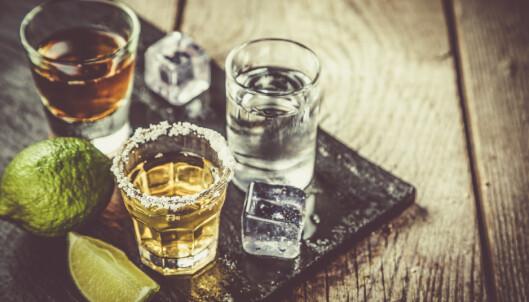<strong>BØR IKKE BLANDES MED MEDISINER:</strong> Alkohol kan skape større problemer for desto eldre man blir. Foto: NTB Scanpix.