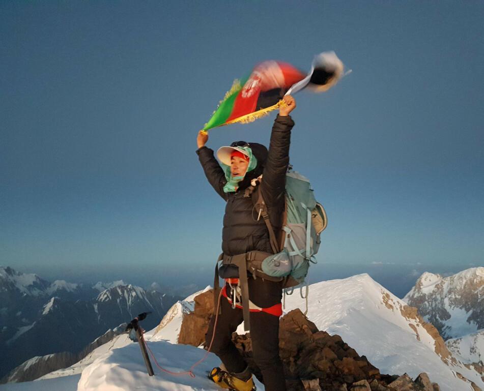 <strong>DRØMMETUR:</strong> Den 10. august 2018 nådde Hanifa (24) drømmemålet. Å bli den første afghanske kvinnen på toppen av det 7492 meter høye Mount Noshaq. FOTO: Vibeke Sefland
