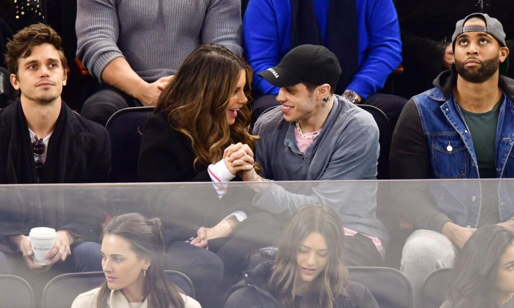 ROMANSE: Kate Beckinsale og Pete Davidson ankom hånd i hånd til flere arrangementer i helgen, og de to ble også avbildet mens de kysset og koste på tribunen under en ishockey-kamp i New York søndag. Foto: NTB Scanpix