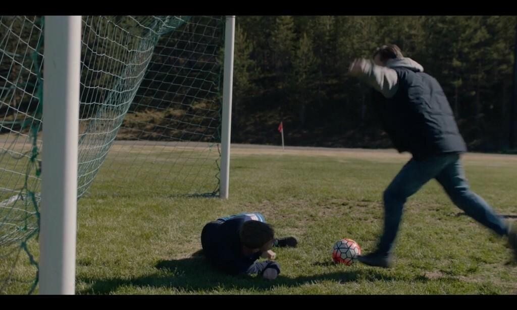 «SVIRÆV»: Gårsdagens «Heimebane»-episode bød på sterk kost. Her får stjernespiller Adrian Austnes (Axel Bøyum) ballen sparket i magen gjentatte ganger. Foto: NRK